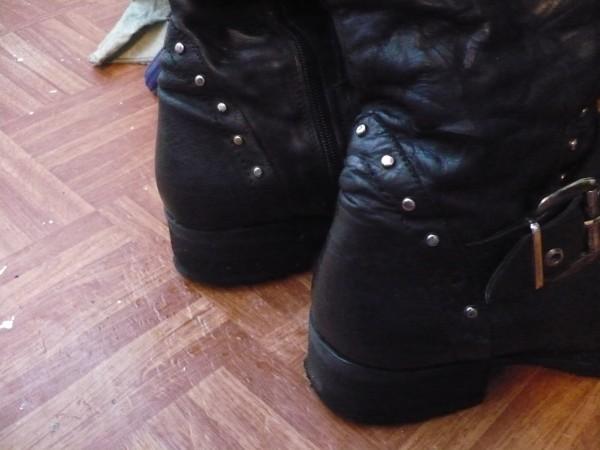 Из недостатков: - самую малость обтрепались каблуки (набоек не... зимнее.